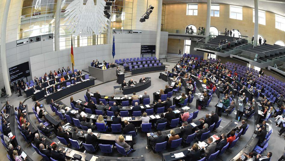 Abgeordnete im Bundestag: Umstrittenes Gesetz beschlossen