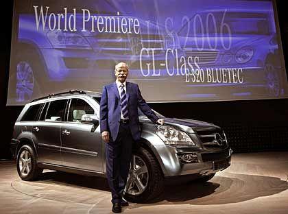 Gut zum Anlehnen: Dieter Zetsche präsentiert den Mercedes GL 320 Bluetec in Detroit
