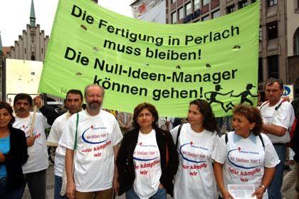 Unzufrieden: Infineon-Mitarbeiter demonstrieren gegen die Schließung des Werkes in München Perlach