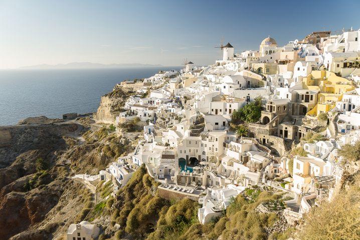 Santorin ist für seine weißen Häuser oben auf den Vulkanfelsen berühmt