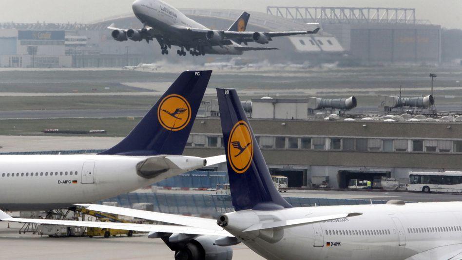 Flughafen Frankfurt: 2000 Beschäftigte legen aufgrund einer Versammlung die Arbeit nieder