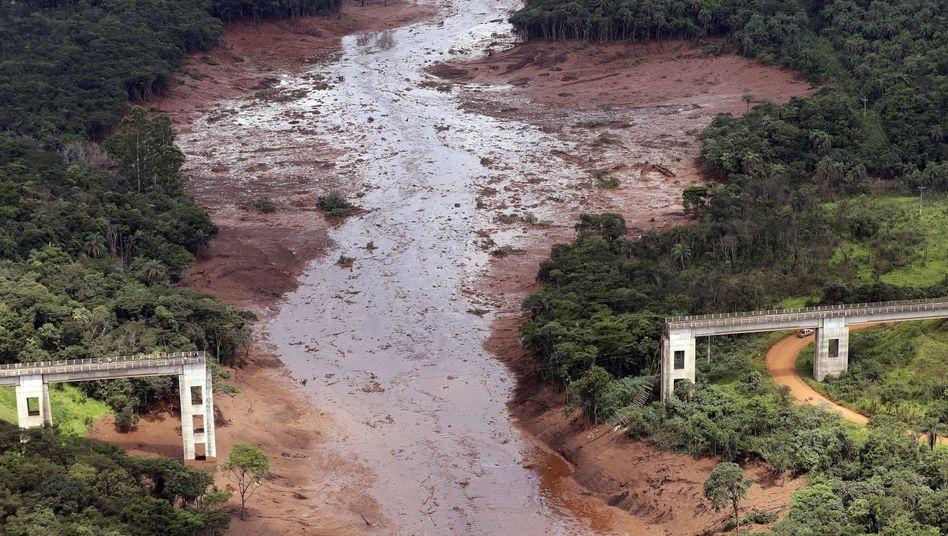 Schlammlawine: Nach dem Dammbruch an der Eisenerzmine werden noch mehr als 300 Menschen vermisst
