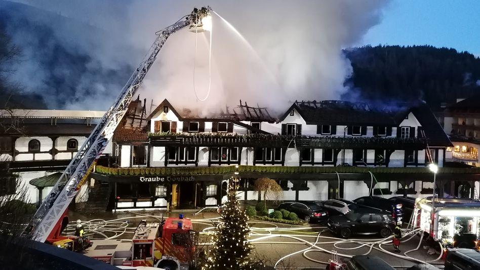 """Baiersbronn: Einsatzkräfte der Feuerwehr löschen den Brand in der """"Schwarzwaldstube"""" im Hotel """"Traube Tonbach"""" in Baiersbronn"""
