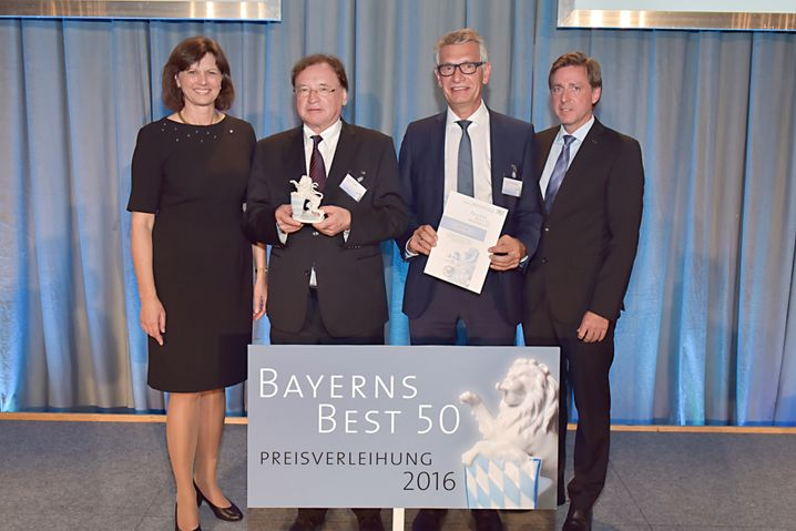 """Ausgezeichnet: Johannes Feldmayer (2.v.r.) als Preisträger """"Bayerns Best 50"""", links Landeswirtschaftsministerin Ilse Aigner"""
