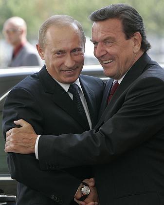 Freundschaftliche Verbundenheit: Altkanzler Schröder und der russische Präsident Putin