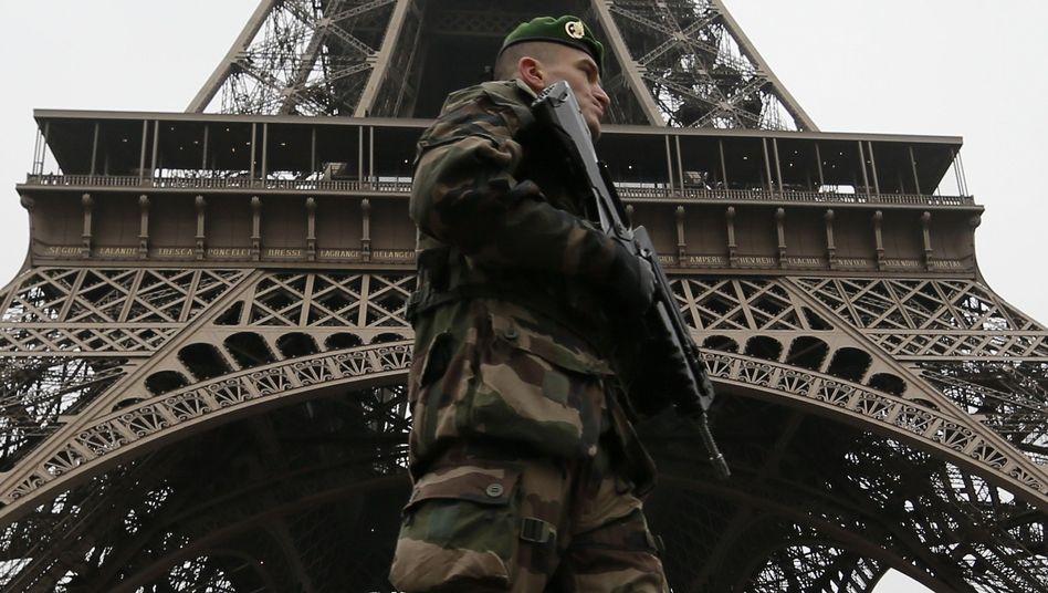 Soldat am Eiffelturm: Frankreich schränkt die Bewegungsfreiheit seiner Bürger weiter massiv ein