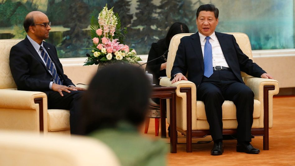 Chinas Staatschef Xi Jinping (rechts), Singapurs Finanzminister Tharman Shanmugaratnam beim Gründungstreffen der AIIB: Mit der neuen Bank beendet China die westlich dominierte Finanzarchitektur. Deutschland will sich anschließen - sehr zum Unwillen der USA.