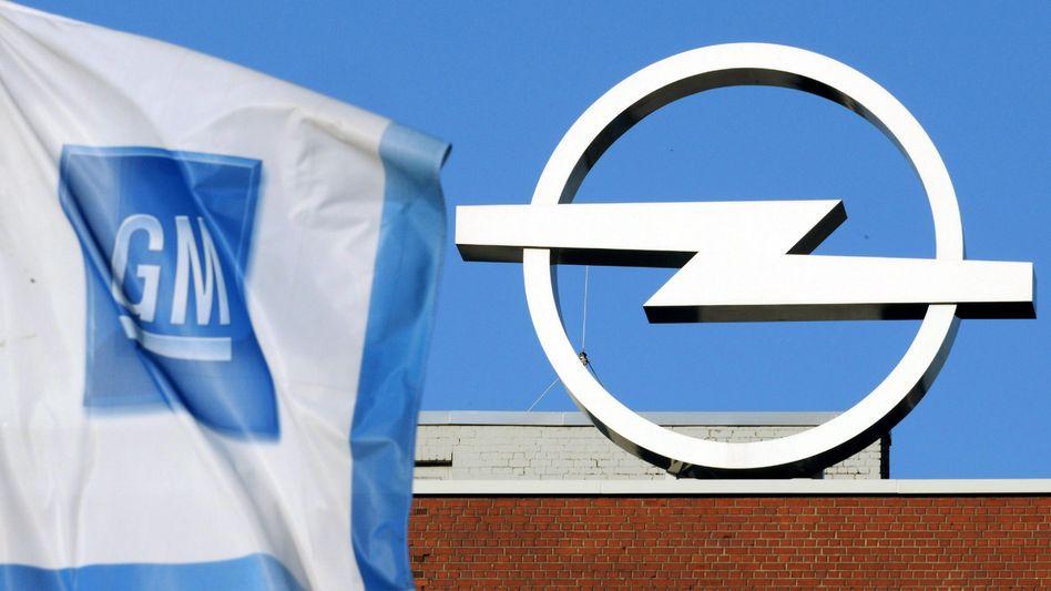 GM-Flagge neben einem Opel-Logo: Für einen Opel-Verkauf gibt es kaum handfeste Anhaltspunkte