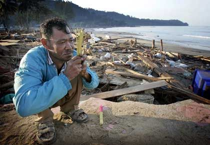Am Strand von Khao Lak: Ein Einheimischer betet für die Opfer der Katastrophe