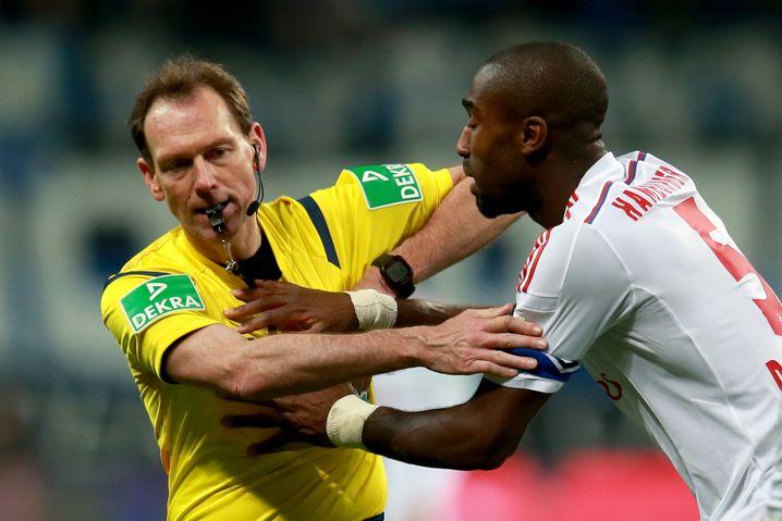 Johan Djourou (r.): Beschwerte sich über den Schiedsrichter und flog vom Platz