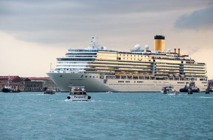 Das Mittelmeer - hier ein Schiff in Venedig - ist weiterhin das beliebteste Fahrtgebiet für deutsche Kreuzfahrtpassagiere.