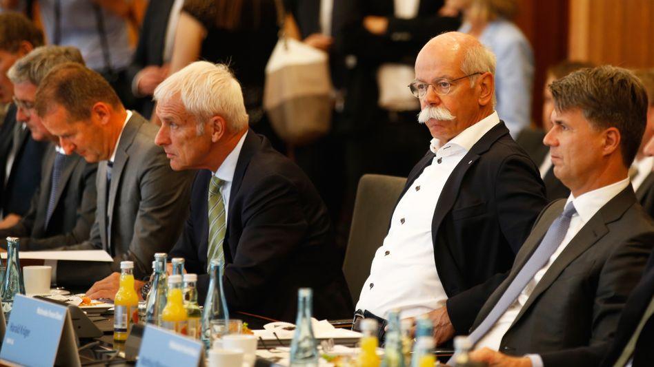 VW-Chef Herbert Diess (links), Daimler-Chef Dieter Zetsche (2. v. rechts), Harald Krüger (rechts): Im Blick der Kartellwächter
