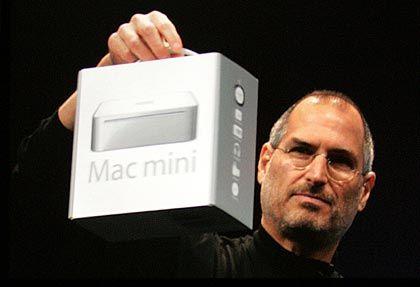 Handlich:Apple-Chef Steve Jobs zeigt den Mac Mini während der MacWorld in San Francisco