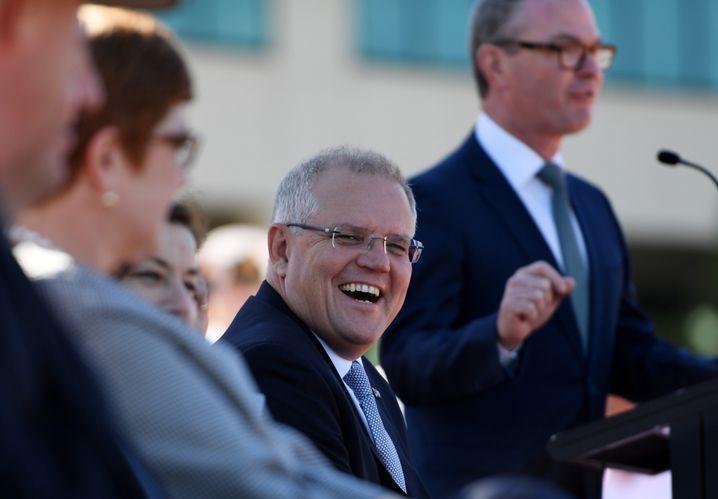 Australiens Premier Scott Morrison lacht bei der Vertragsunterzeichnung