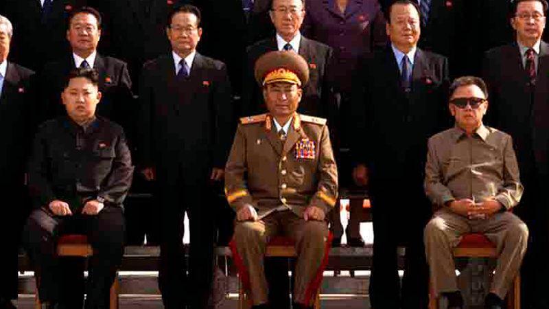 Vater und Sohn: Kim Jong-il (rechts) und sein jüngster Sohn und Nachfolger Kim Jong-un (links) bei einem Fototermin mit Vertretern der koreanischen Arbeiterpartei