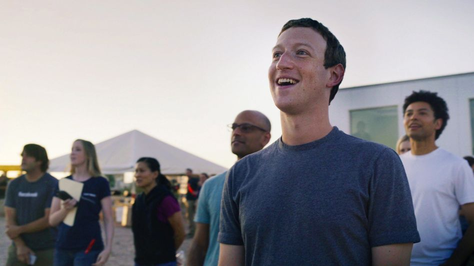 Facebook-Chef Zuckerberg mit Mitarbeitern: Die Webfirma machte gegenüber Kunden zwei Jahre lang drastisch falsche Angaben