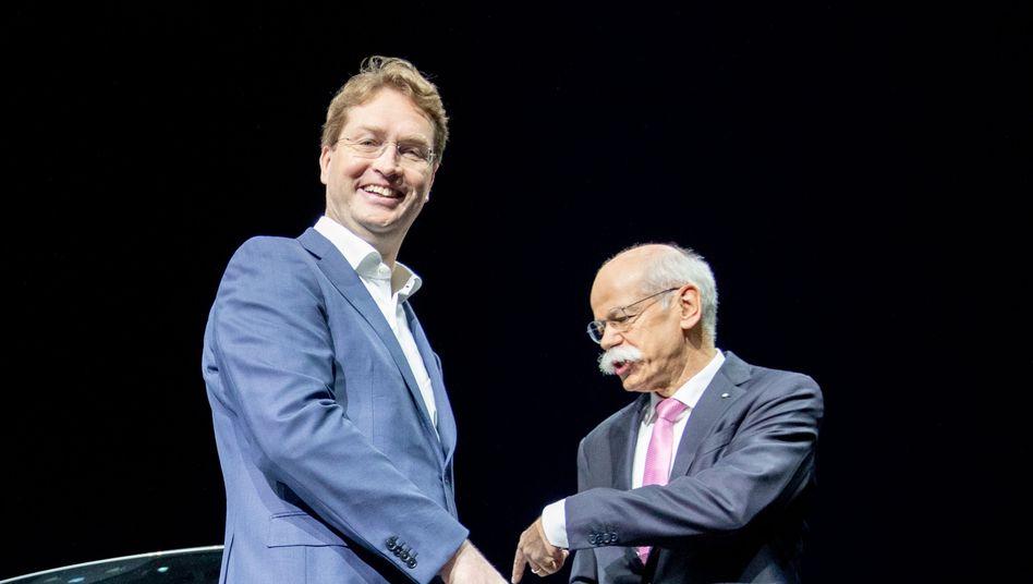 """Übernimmt eine """"Großbaustelle"""": Ola Källenius neben Vorgänger Dieter Zetsche auf der Daimler-Hauptversammlung."""