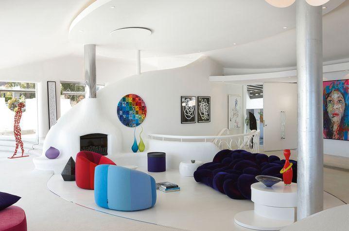 Die Villa Eagle Rock ist ganz in Weiß gehalten. Akzente setzen bunte Designobjekte und moderne südafrikanische Kunst.