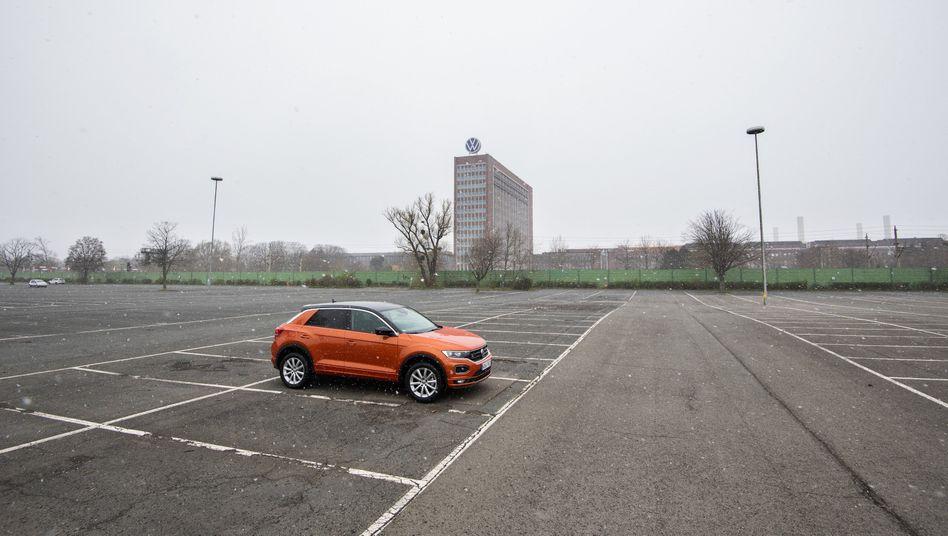 Mitarbeiterparkplatz am VW-Stammwerk in Wolfsburg