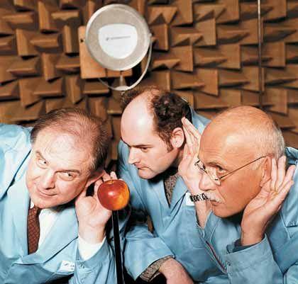 Horch' was kommt vom Apfel raus: Sennheiser-Geschäftsführer haben den Schall im reflexionsarmen Raum spaßeshalber auf einen Apfel gebündelt