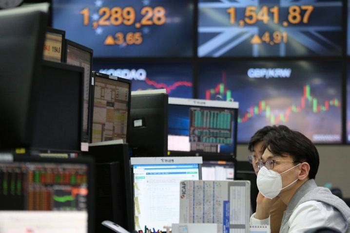 Händler in Südkorea versuchen sich ebenfalls durch Masken vor einer Ansteckung zu schützen. In Südkorea ist die Zahl der Neuinfektionen deutlich angestiegen.