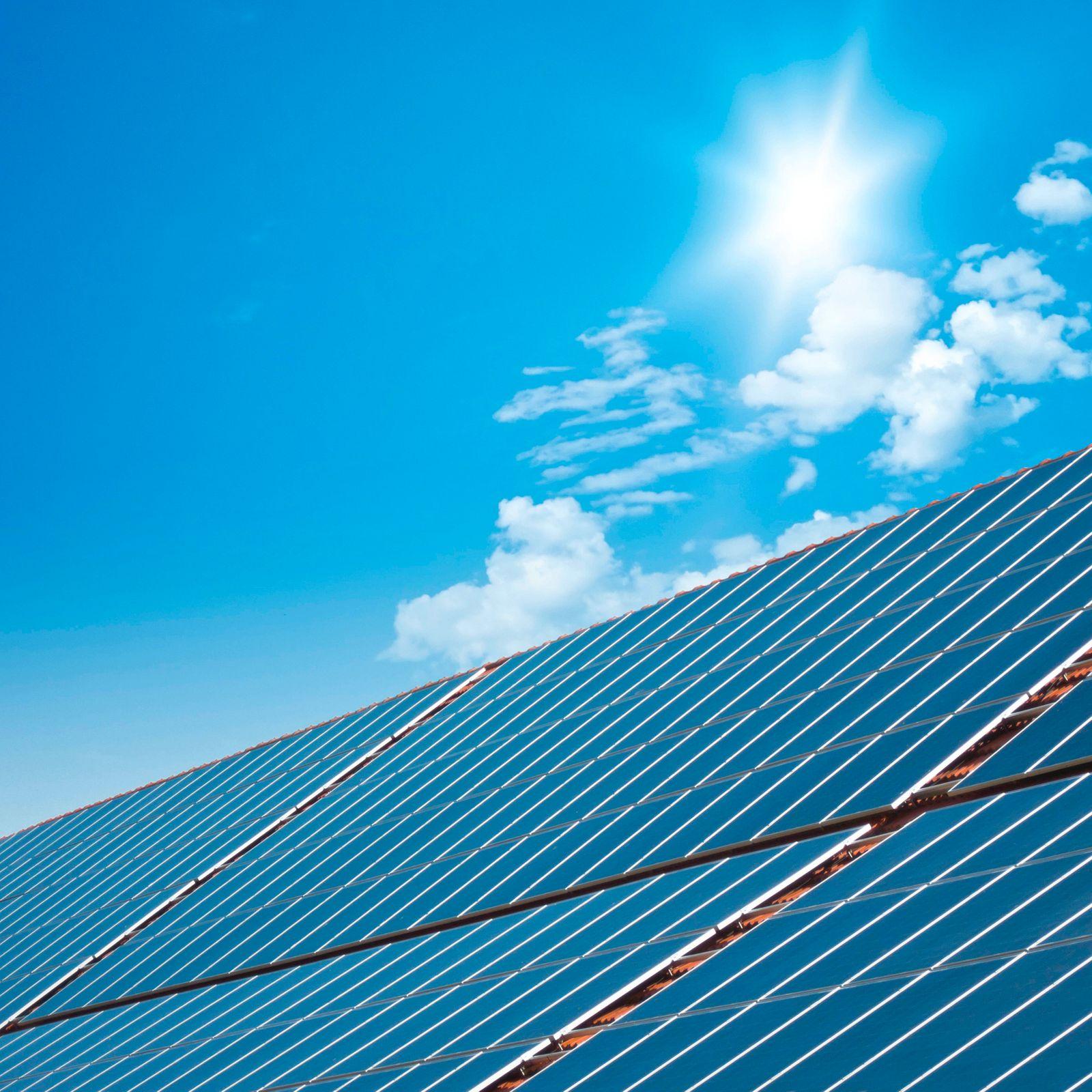 Solarzellen, blauer Himmel und Sonne, Deutschland, Bayern solar panels with blue sunny sky, Germany, Bavaria BLWS612337