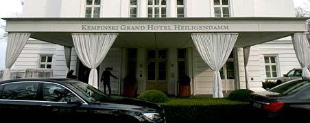 """Heiligendamms noble Herberge: Die Kempinski AG hat jetzt die Betriebsführung des Grand Hotels im Ostseebad mit sofortiger Wirkung gekündigt. Sie begründet die Trennung von der Betreibergesellschaft des Hotels, der Fundus Gruppe, mit Vertragsbrüchen und einer """"ständigen Einmischung in den täglichen Hotelbetrieb"""" des Heiligendamm-Investors."""