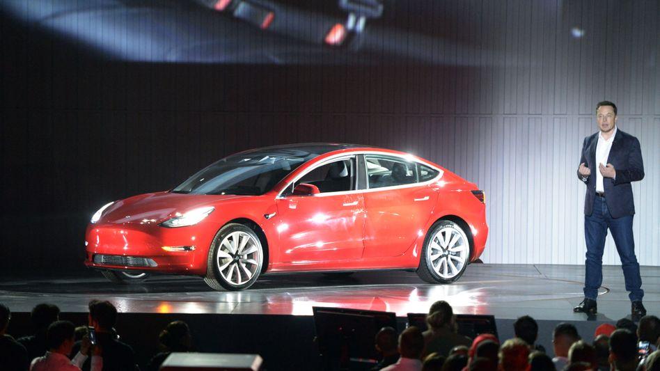 Tesla Model 3: Wer jetzt in den USA vorbestellt, dürfte das Auto erst Ende 2018 erhalten, sagt Tesla-Chef Elon Musk