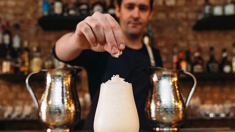 "LIVING ROOM Barkeeper Moores Wohnzimmer: das ""Coupette"". Sein Drink: ""Champagne Piña Colada"""