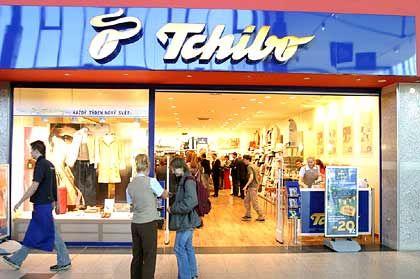 1992: Beginn der Auslandsexpansion. Vor allem in Osteuropa gründet Tchibo Niederlassungen. 1996: Das Unternehmen steigt in das Versand- und Tourismusgeschäft ein.