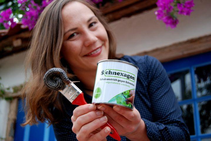 """""""Schnexagon-Gründerin"""" Nadine Sydow mit ihrem Schutzanstrich gegen Schnecken"""