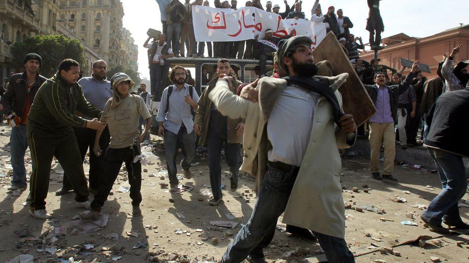 Demonstrationen auf dem Tahrir-Platz: Die Demonstranten lassen sich von ihren Protesten auch durch die Regimeanhänger nicht abschrecken