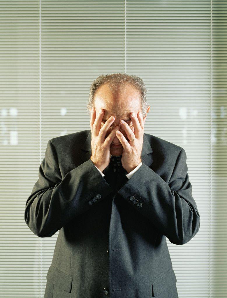 NICHT MEHR VERWENDEN! - Chef / weinender Manager / Büro / Geschäftsmann / traurig