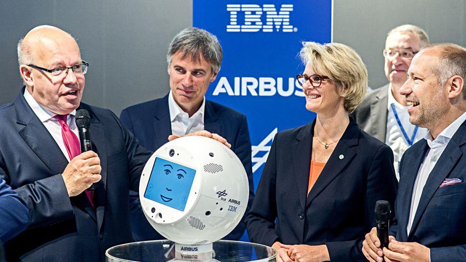 Mehr künstliche Intelligenz: Minister Peter Altmaier, Bitkom-Chef Achim Berg, Ministerin Anja Karliczek, IBM-Manager Matthias Hartmann auf der letzten Cebit