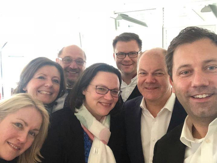 Dürfen sie sich als Sieger fühlen? In der SPD scheint man mit dem Kompromiss zufrieden zu sein. Zum Gruppenfoto am Morgen fanden sich (v.l.) Ministerpräsidentin von Mecklenburg-Vorpommern, Manuela Schwesig, Ministerpräsidentin von Rheinland-Pfalz, Malu Dreyer, SPD-Chef Martin Schulz, SPD-Fraktionschefin Andrea Nahles sowie Carsten Schneider, erster Parlamentarischer Geschäftsführer der SPD-Bundestagsfraktion, Hamburgs Erster Bürgermeister Olaf Scholz und Lars Klingbeil, Generalsekretär