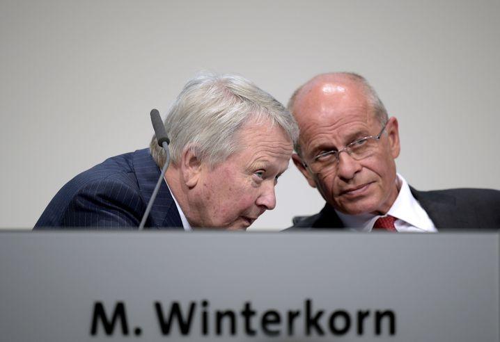 VW-Führungszirkel trifft sich: Wolfgang Porsche (l.) und AR-Chef Berthold Huber werden am Mittwoch im mächtigen Präsidium des VW-Konzerns viel zu beraten haben, womöglich auch Winterkorns Zukunft