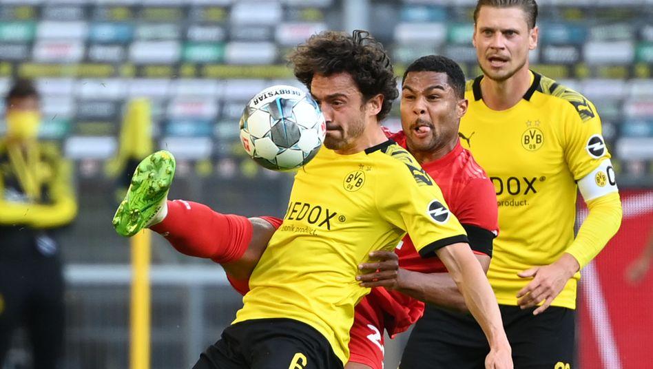 Dreikampf im Spitzenspiel: Dortmunds Thomas Delaney (links) und Lukasz Piszczek (rechts) mit Serge Gnabry vom FC Bayern München