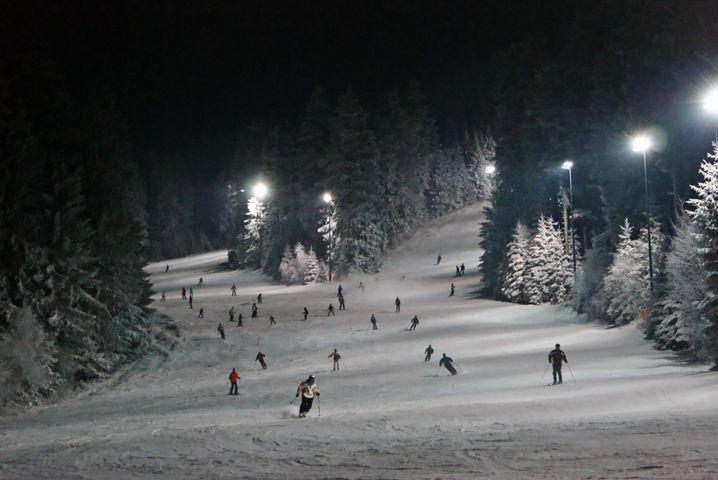 Drei Stunden unter Flutlicht: Am Pröller in St. Englmar können Skiurlauber an vielen Tagen auch abends auf die Piste.