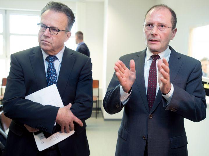 Weise neben Sachsens Innenminister Markus Ulbig. am 10. Dezember in Markkleeberg (Sachsen). Dort werden die Asylverfahren inzwischen beschleunigt.