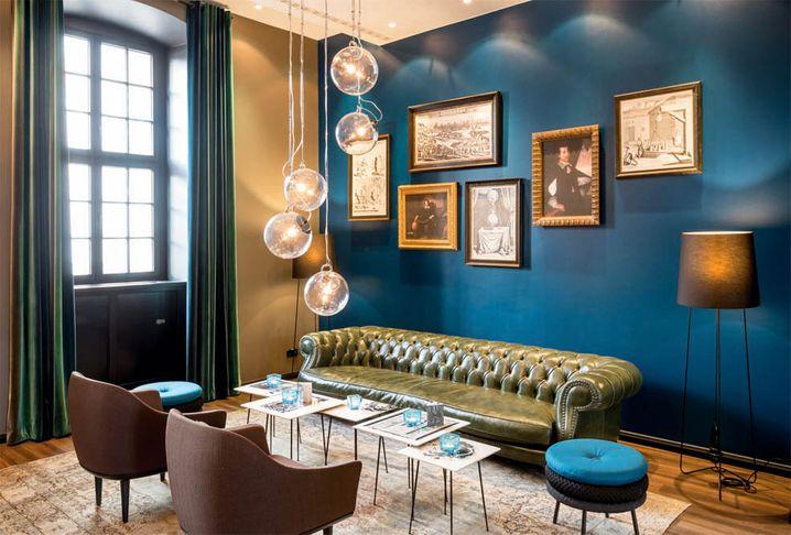 Petrolfarbene Wände und ein Chesterfield-Sofa: Das Motel One legt viel Wert auf Design
