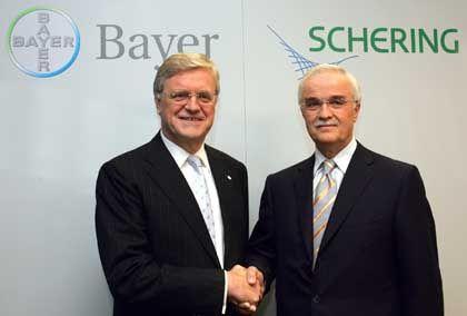 Hand drauf: Bayer-Chef Wenning und der damalige Schering-Chef Erlen besiegelten den Deal im Juni