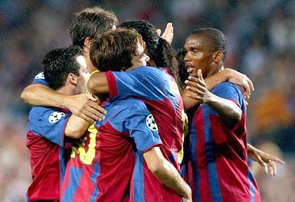"""C.F. Barcelona, Platz 7 (13) mit 169,2 Millionen Euro Einnahmen: FC Barcelonas Anderson de Souza """"Deco"""" (l.) empfängt Gratulationen seiner Mitspieler"""