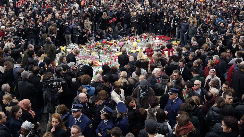 Schweigeminute für die Opfer am Place de la Bourse (Beursplein) in Brüssel