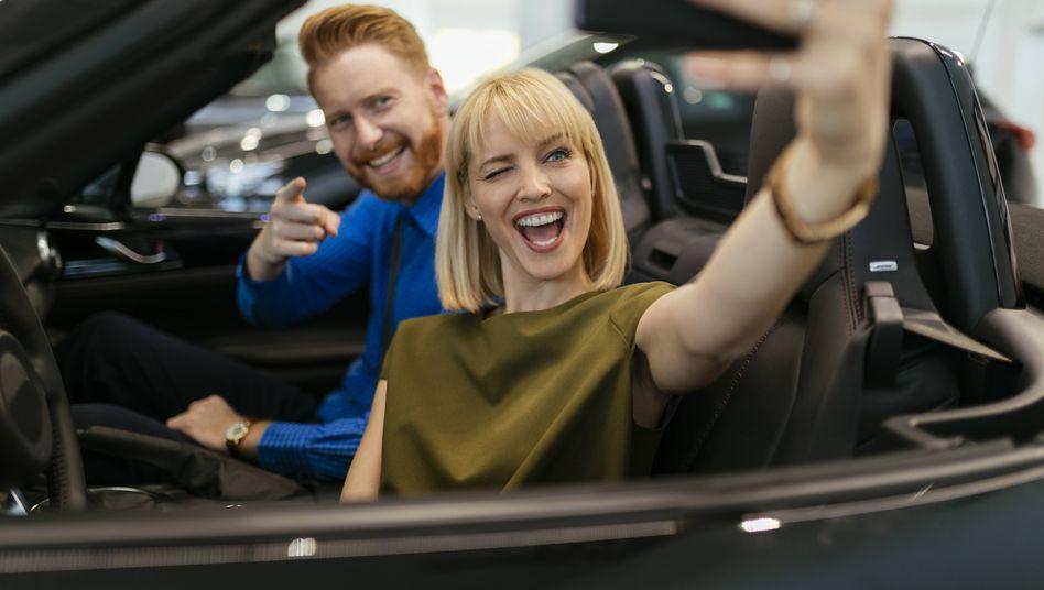 Paar beim Autokauf