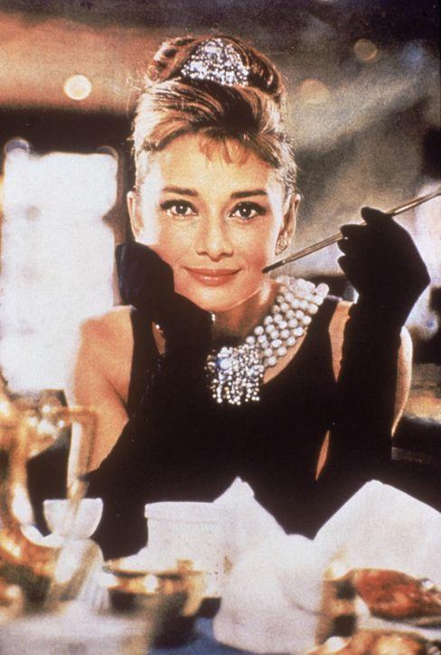 """Ikone des Luxuslebens: Schauspielerin Audrey Hepburn im Film """"Frühstück bei Tiffany"""""""
