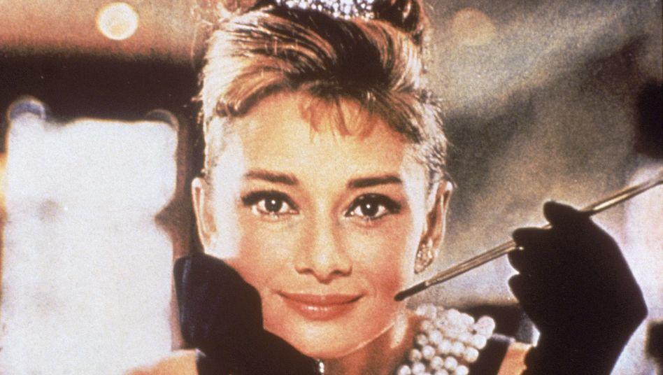 "Filmstar Audrey Hepburn (1929 - 1993) in dem Klassiker: ""Frühstück bei Tiffany's"""
