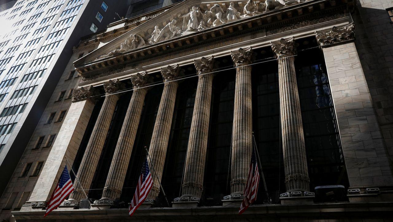 Börse: Dax grenzt Verluste ein, Volkswagen-Aktie zieht nach oben, Wall Street startet mit Gewinnen