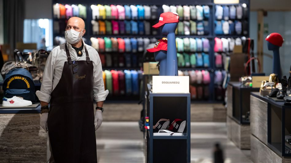 Künftig noch mehr Platz: Die zulässige Zahl der Menschen, die sich in Handelsgeschäften und Supermärkten zeitgleich aufhalten dürfen, wird weiter beschränkt. Die Schlangen vor den Geschäften, insbesondere Supermärkten, dürften sich noch verlängern.