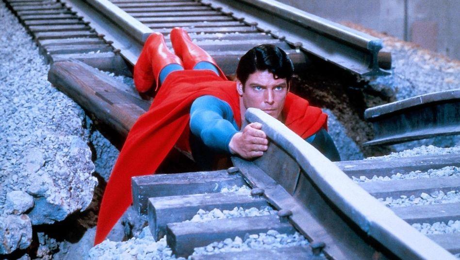 Alles auf die richtige Schiene bringen ist schwierig, aber nicht unmöglich, wie hier Christopher Reeve als Superman im gleichnamigen Film von 1978 zeigt.