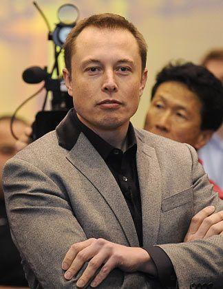 """Eine Gründerkarriere Herkunft: Elon Musk wurde 1971 in Südafrika geboren. 1988 emigrierte er zunächst nach Kanada. Heute ist er US-Staatsbürger. Karriere: Musk hat einen US-Abschluss in Physik und einen MBA. 1995 gründete er die Softwarefirma Zip2, die er 1999 an Compaq verkaufte. Für seine zweite Gründung PayPal zahlte Ebay im Jahr 2002 rund 1,5 Milliarden Dollar. 2002 gründete Musk SpaceX (Raumfahrt) und wurde wenig später Hauptinvestor bei Tesla Motors (Elektroautos). Seit dem vergangenen Jahr leitet er beide Unternehmen als CEO, Chairman und """"Produktarchitekt"""". Familie: Elon Musk hat fünf Söhne - ein vierjähriges Zwillingspaar und zweijährige Drillinge. Von seiner Frau Justine, einer Schriftstellerin, lebt er seit vergangenem Juni getrennt."""